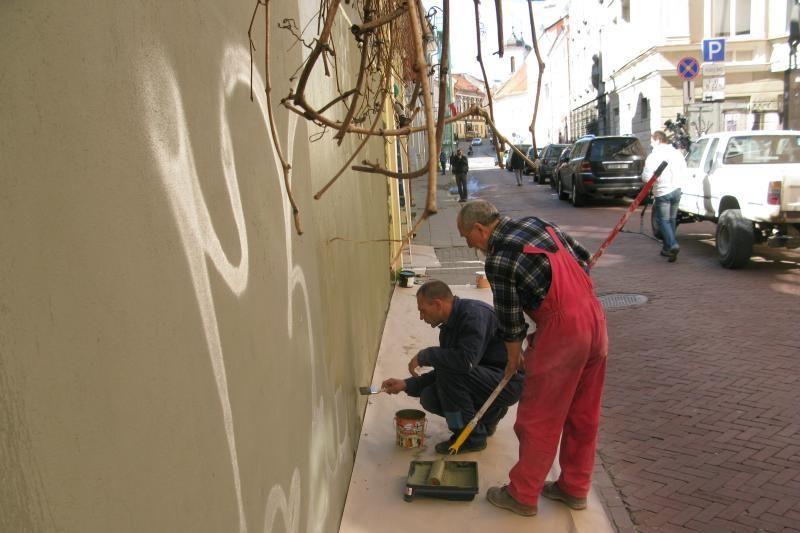 Darbininkai senamiestyje uždažinėjo sienų tepliones