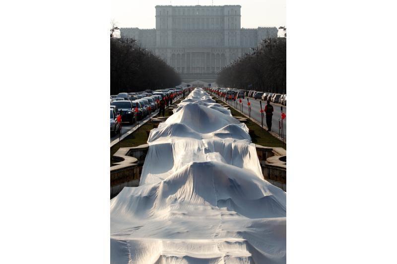 Guinnesso rekordas: vestuvinės suknelės šleifas siekia 2,8 km