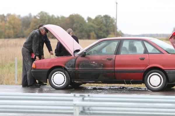 Pakeliui pas Klaipėdos medikus užsidegė mašina
