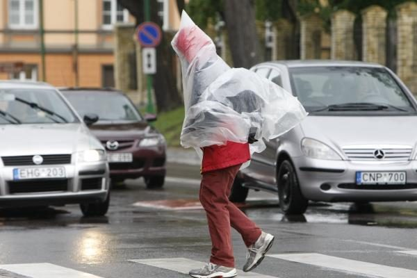 Vėjo padariniai: Šilutėje žuvo moteris, Klaipėdoje supleškėjo namas