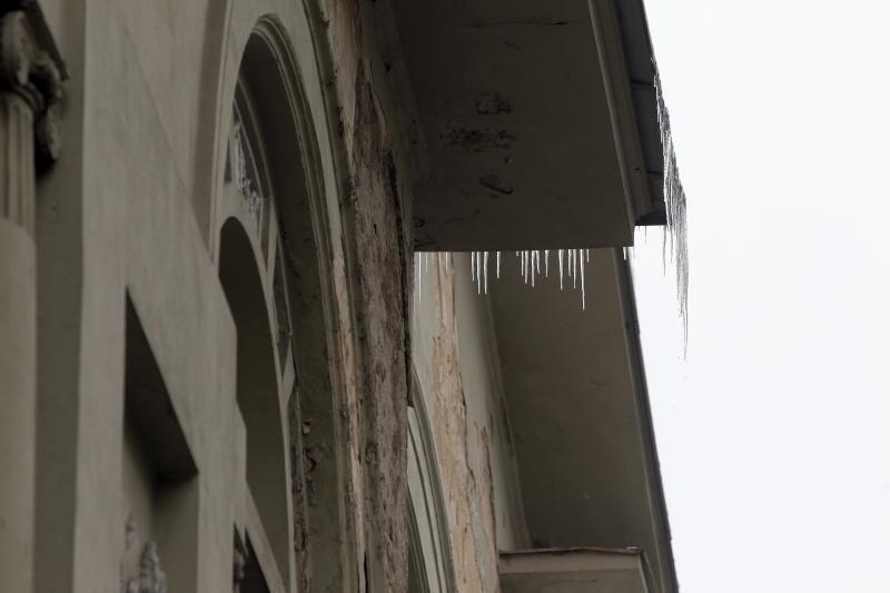 Praeiviams jau graso nuo stogų tįstantys varvekliai