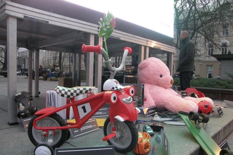 Apie vaikų žūtis keliuose priminė nereikalingi žaislai