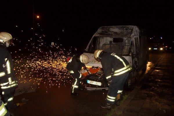 Sostinėje sudegintas autobusiukas