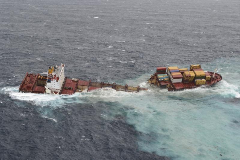 """Laivas """"Rena"""" netoli Naujosios Zelandijos perlūžo pusiau"""