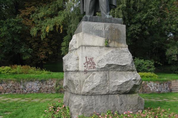 """Užrašas ant paminklo P.Cvirkai: """"Lietuva šudas"""" (papildyta)"""