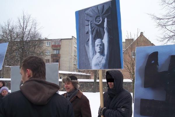 Svastikos Vasario 16-osios eisenoje sukėlė aršią diskusiją