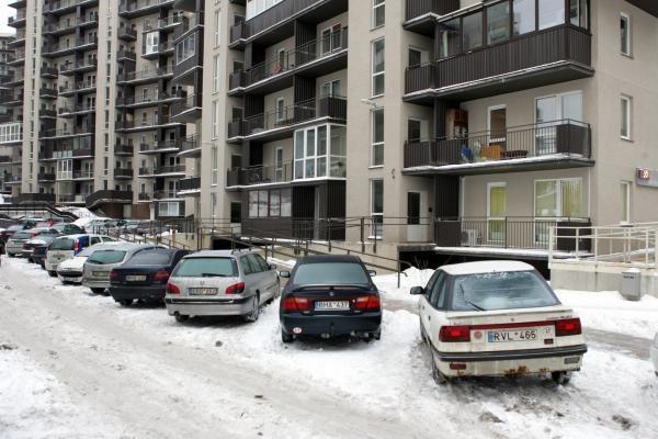 Daugiabučių kiemai vis dar laukia sniego valymo mašinų