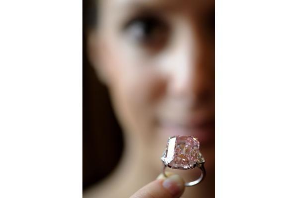 Retas rausvas deimantas parduotas už rekordinę 46 mln. dolerių sumą
