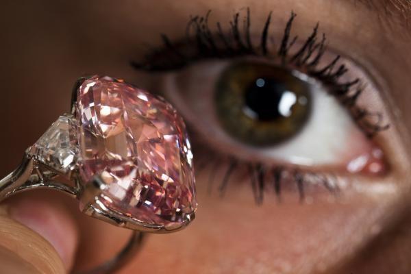 Kremas su deimantais nuo raukšlių buvo išparduotas per dieną