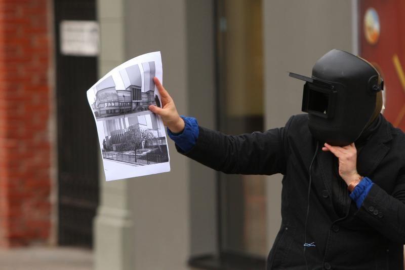 Prie savivaldybės – menininko protestas prieš beveidę architektūrą