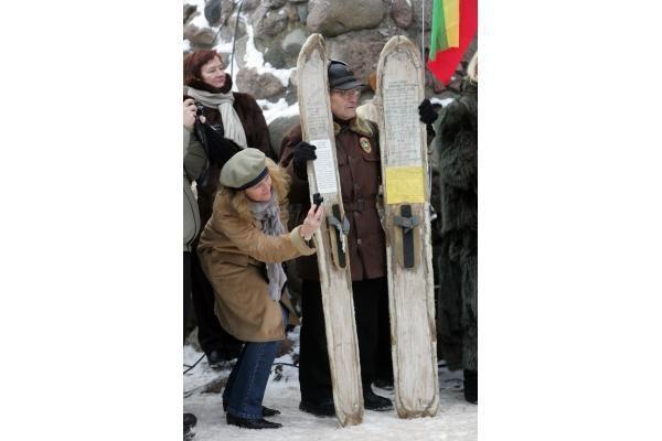 Pirmąją naujų metų dieną Gedimino kalne suplevėsavo 2010 metų trispalvė