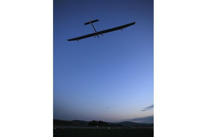 Saulės energija varomas lėktuvas pakilo į pirmąjį tarpžemyninį skrydį