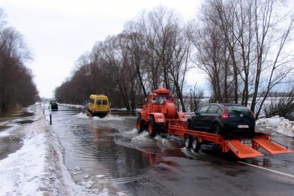 Per apsemtą ruožą kelyje Šilutė-Rusnė gyventojai vėl keliami specialiu autobusu