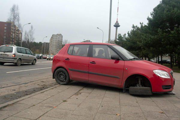 """Vilniuje siautėjęs """"Lexus"""" vairuotojas taranavo aštuonis automobilius (papildyta)"""