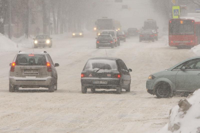 Žiema nerimsta: eismo sąlygos Kaune – vėl sudėtingos