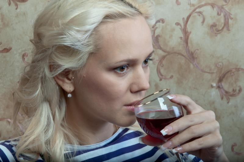 Alkoholį vartojančių paauglių mergaičių padaugėjo daugiau nei trigubai