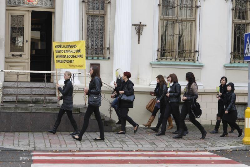 Socialiniai darbuotojai piketavo prie Klaipėdos savivaldybės