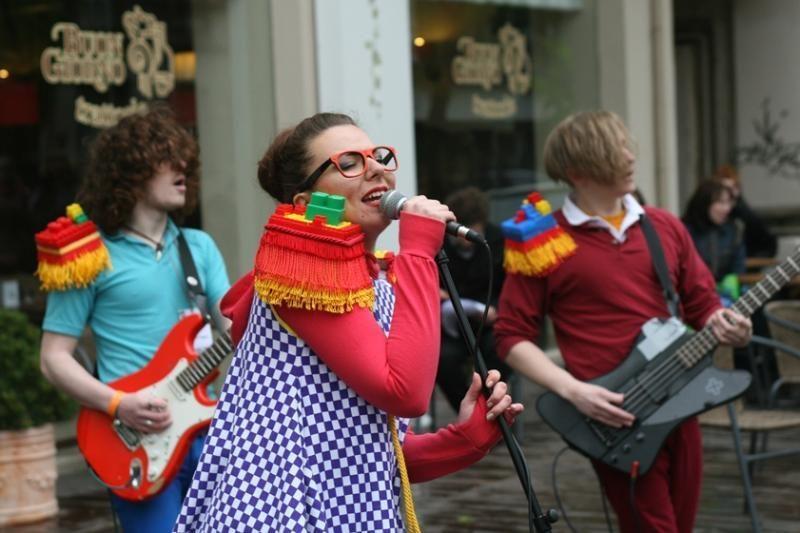 Gatvės muzikos diena: nuo dainų iki šokių pamokų po atviru dangumi