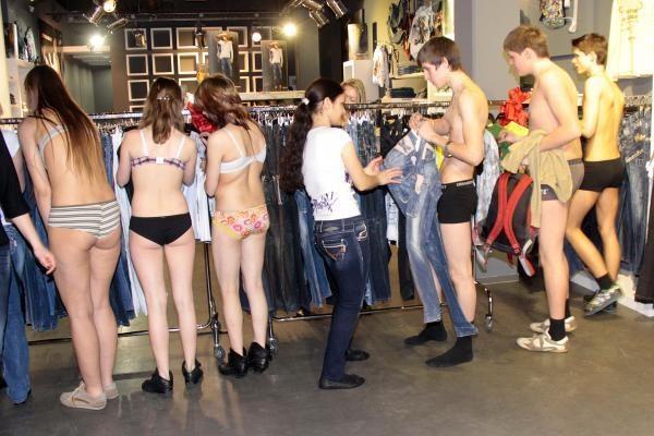 """""""Akropolyje"""" nuogaliai rungėsi dėl nemokamų džinsų"""