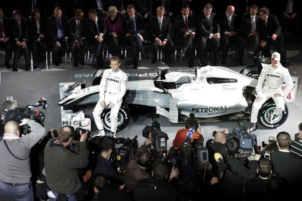 """""""Mercedes GP"""" pristatė bolidų spalvų derinius"""