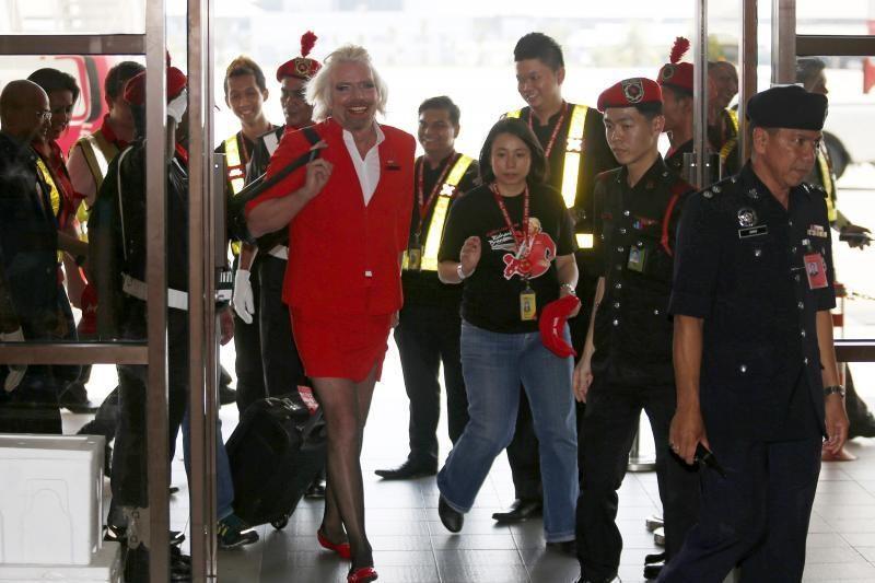 Britanijos milijardieriui Bransonui teko padirbėti stiuardese