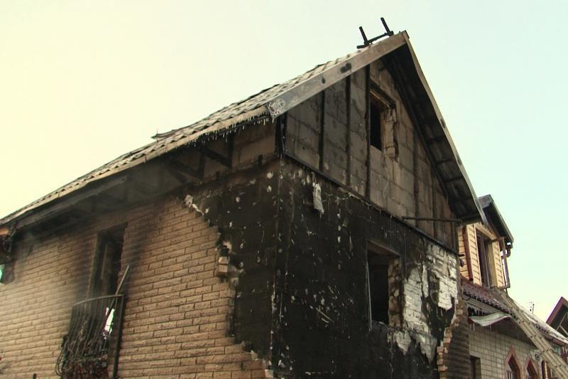 Užsidegęs automobilis Šernuose supleškino namą (atnaujinta 16.45 val.)