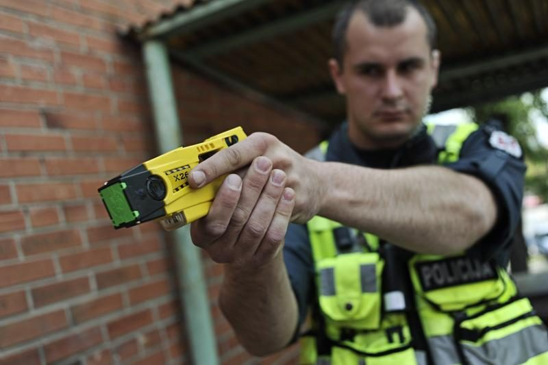 Pakruojo policininkai apsiginklavo elektrošoko prietaisais