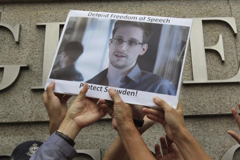 """B. Obama """"spaudžia lyderius"""" išduoti paslapčių viešintoją E. Snowdeną"""