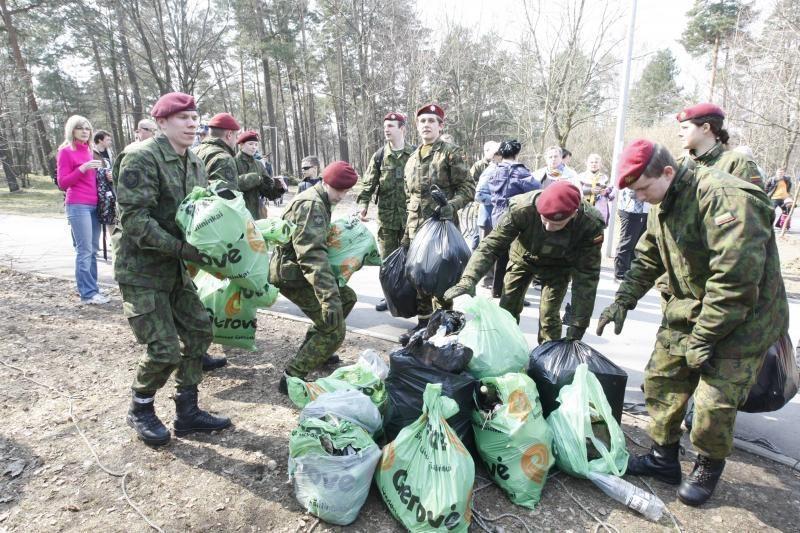 """""""Darom 2012"""" organizatoriai skubėjo išvežti surinktas atliekas"""