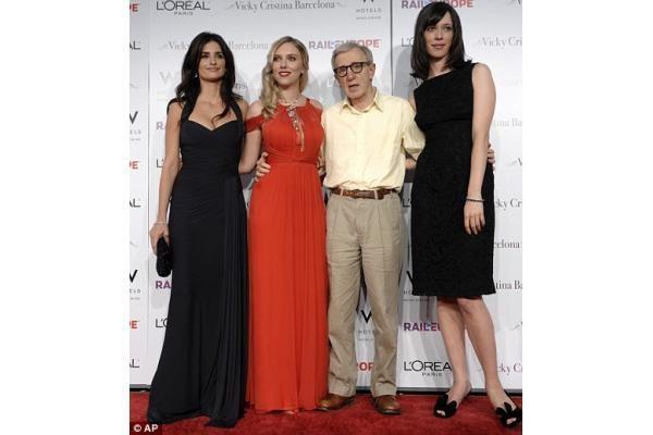 Rebecca Hall: lemtinga aktorė, kuriai po kojomis krinta žymiausi kino kūrėjai