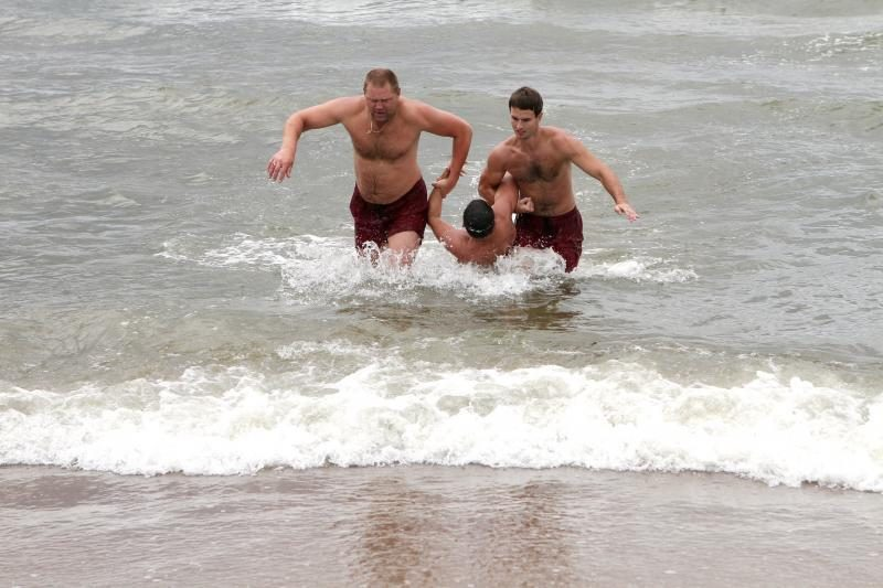 Gelbėtojai iš jūros traukė pirmąsias bangų aukas
