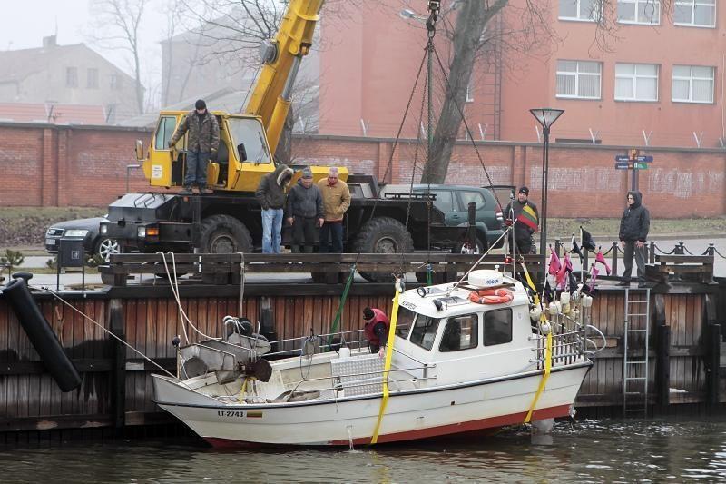 Prie Danės krantinių iš vandens traukė laivą
