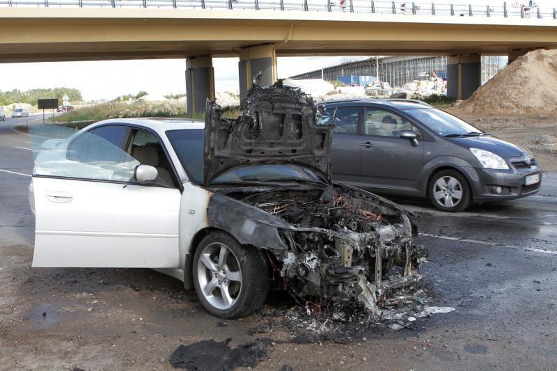 Jakų žiede užsidegė dvejų metų senumo automobilis