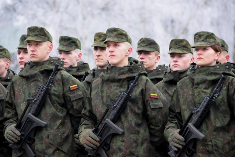 Nutarta leisti kariams dirbti ir kitą darbą, jei tai netrukdo tarnybai