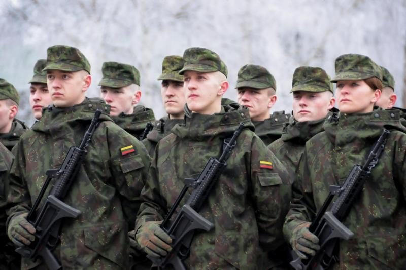 Krašto apsaugos ministras galės bausti visus karius