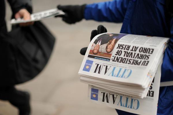 """Britų spauda trykšta džiaugsmu dėl """"naujųjų romantikų"""" sužadėtuvių"""