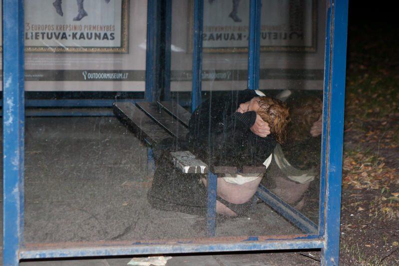 Gelbėtojai vadavo viešojo transporto stotelėje įstrigusią moterį