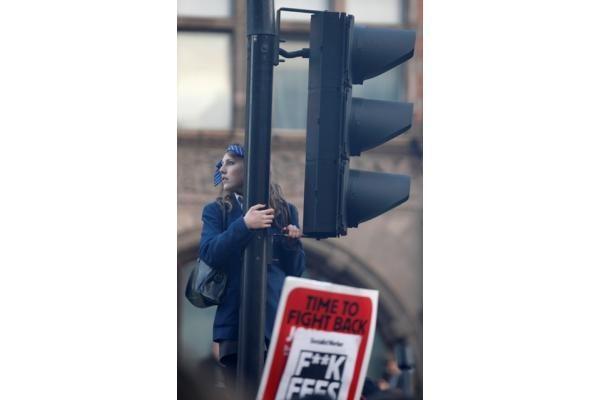 Britanijoje antrąkart dėl mokesčių už mokslą protestuojantys studentai susirėmė su policija