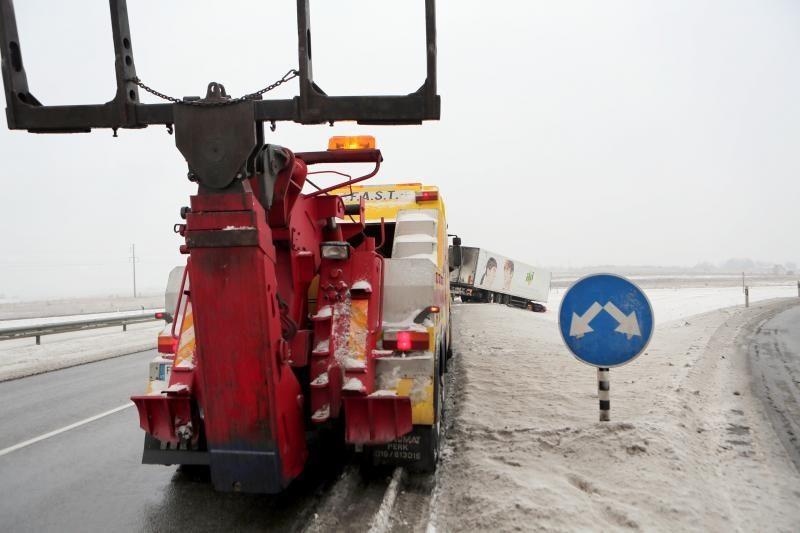 Girtas vairuotojas viaduką vilkiku atakavo atbulas