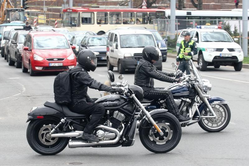Ką turėtų žinoti motociklininkai ir jų kolegos prie automobilių vairo?