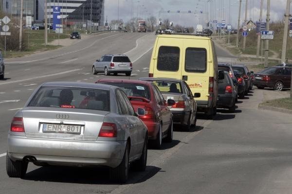 Protestuojantys vairuotojai blokavo degalines