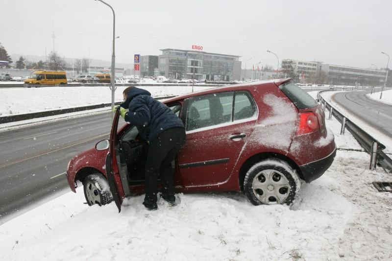 Moters vairuojamas automobilis pakibo ant stataus šlaito
