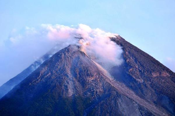 Indonezijoje po trumpos pertraukos vėl bunda Merapio ugnikalnis
