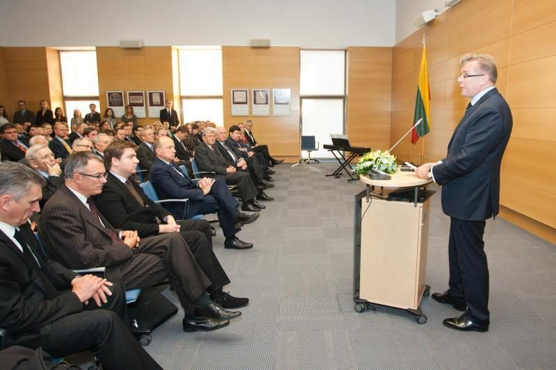 Apdovanoti Lietuvos diplomatijai nusipelnę asmenys