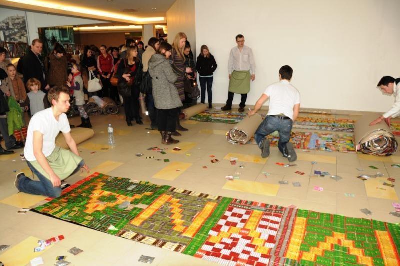 Minint Žemės dieną iš saldainių popierėlių sukurtas 4 km ilgio kilimas