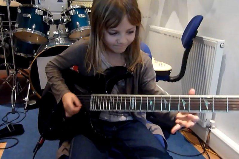 Aštuonerių gitaros virtuozė - nauja interneto sensacija