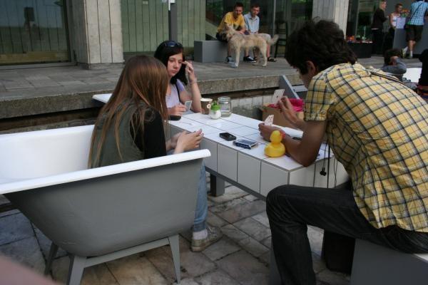 Fontano baseine foteliai iš vonių, šviestuvai  - iš santechnikos