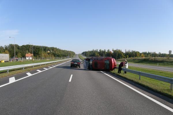Autostradoje apvirto automobilis