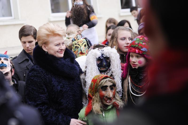 Prezidentė Užgavėnių šventėje vijo žiemą