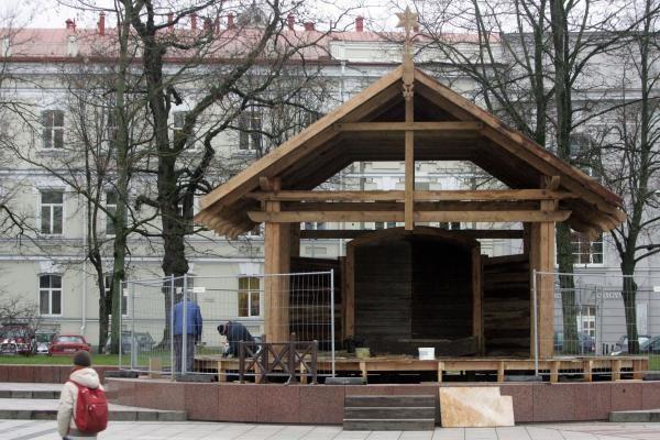 Katedros aikštėje puošiama eglė, statoma prakartėlė